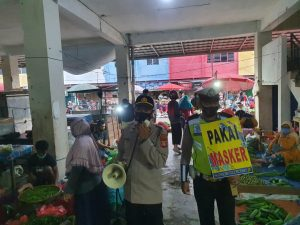 Prabumulih Police Members Invite Residents to Follow Health Protocols in Modern Traditional Markets - POLRI PRIVATE VISION
