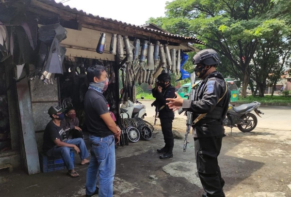 Accelerating Covid-19 Prevention, West Java Police Mobile Brigade Police Invites Cimanggung Residents to Apply Prokes