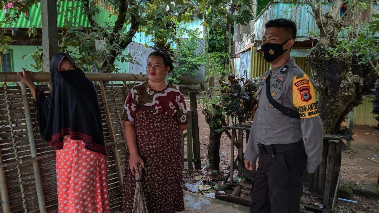Bhabinkamtibmas Actively Monitors Security and Community Protection on Holidays and Visits Community Members Appeals to Prokes - POLRI PRIVATE DIVISION