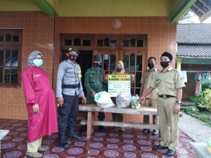 Bhabinkamtibmas Polsek Garum Polres Blitar Accompanying the Provision of Basic Food Assistance to Residents Who Conduct Independent Isolation - POLRI PRIVATE DIVISION