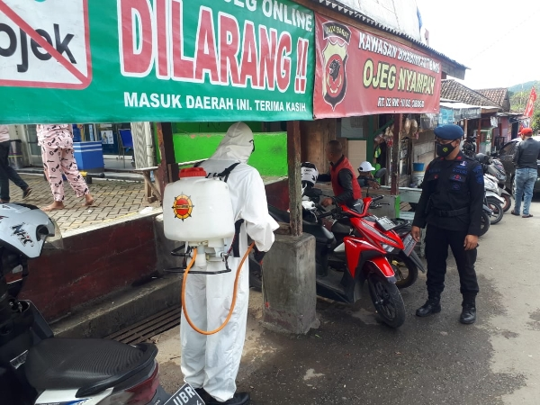 Breaking the Chain of Spread of the Covid 19 Virus, West Java Brimob Terua Spraying Disinfectants
