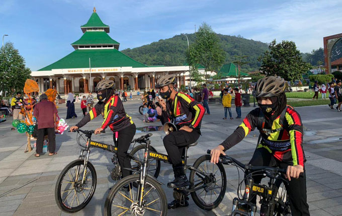 By cycling, Sumedang Police Members Convey Appeals About Covid-19