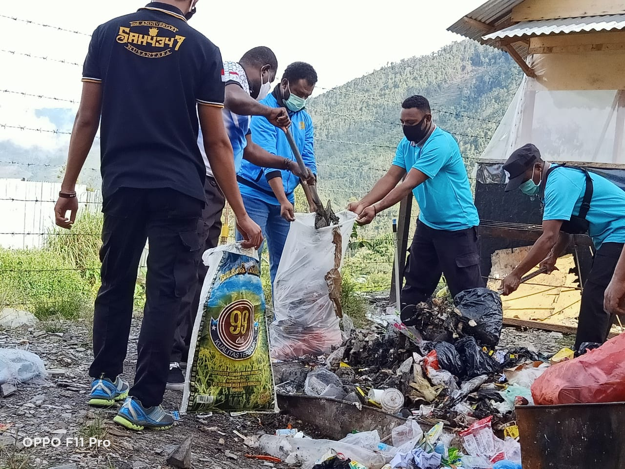 Caring for Environmental Cleanliness, Puncak Jaya Police Carry Out Community Service Around Mako - POLRI PRIVATE VISION