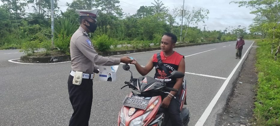 Concerned about safety, then the Yahukimo Police distributed free masks for road users - POLRI's Public Relations Division