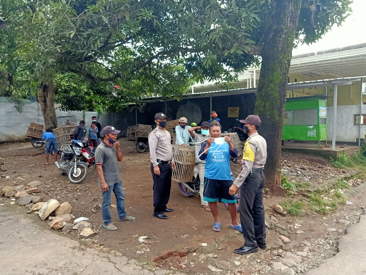 Distributing 20 Free Masks to Traders and Buyers of Poultry Market, Grogol Police Blusukan to the Market - POLRI PRIVATE DIVISION