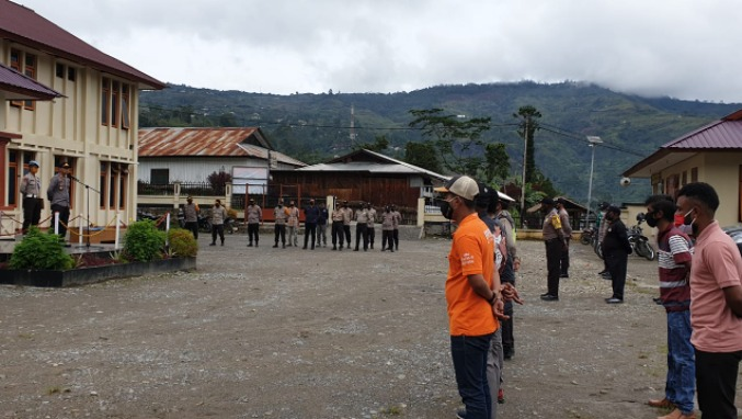 Leading the inaugural Apple, Head of Ops Tolikara Police Give Direction and Motivation to Members - POLRI PRIVATE DIVISION