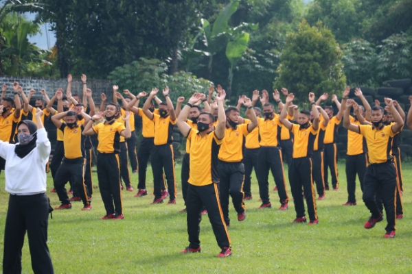 Maintain Stamina by Exercising, West Java Police Mobile Brigade Dansat Routinely Exercise with Members