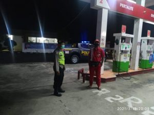 Polsek Selopuro Polres Blitar Holds Dialogical Patrol with Gas Station Officers - POLRI PRIVATE DIVISION