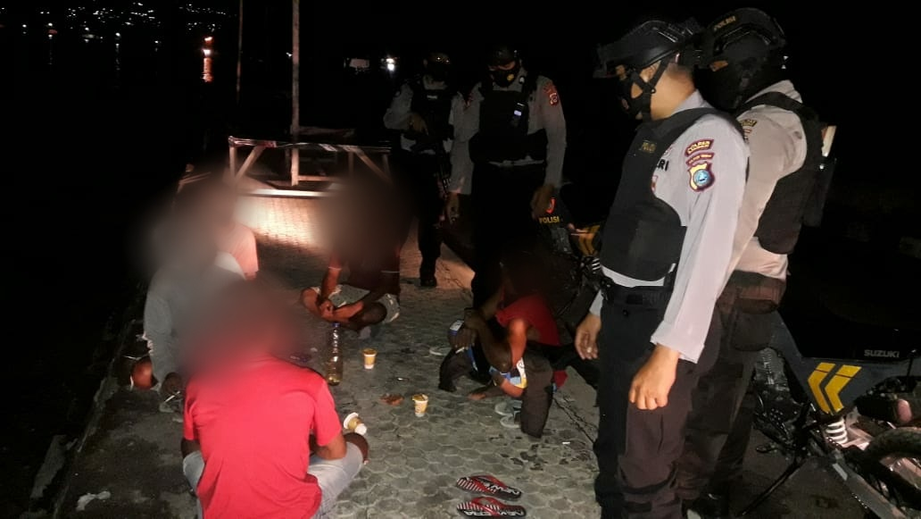 Sabhara Polres Banggai Safeguards Five Youths Drinking Alcohol on the Beach Side - POLRI PRIVACY DIVISION