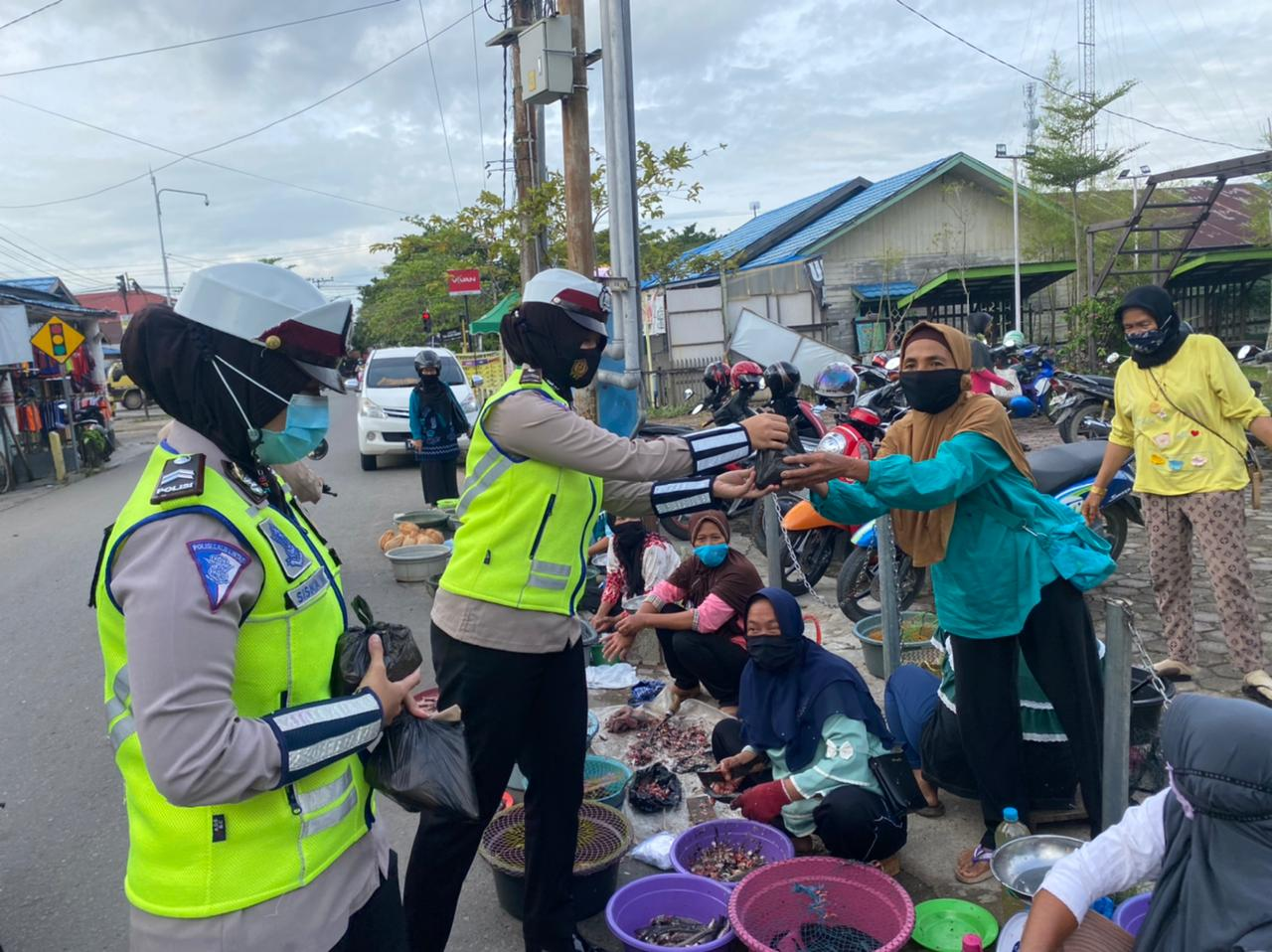 Sat Then Batola Police Distributed Ready-to-Eat Food to Residents - POLRI PRIVATE VISION