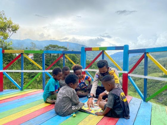 Showing compassion for children, Kapolres Tolikara leads the implementation of Pi Ajar Police - POLRI PRIVATE DIVISION