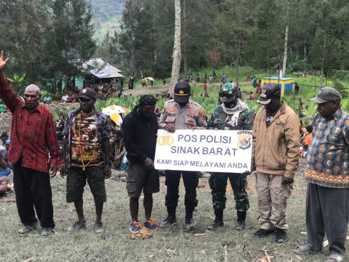 Sinak Police Chief Gives West Sinak Police Post Signboard to West Sinak District Residents - POLRI PRIVATE DIVISION