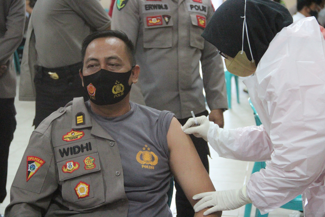 The Covid-19 Vaccine Begins To Be Injected into Batola Police Personnel - POLRI PRIVATE DIVISION