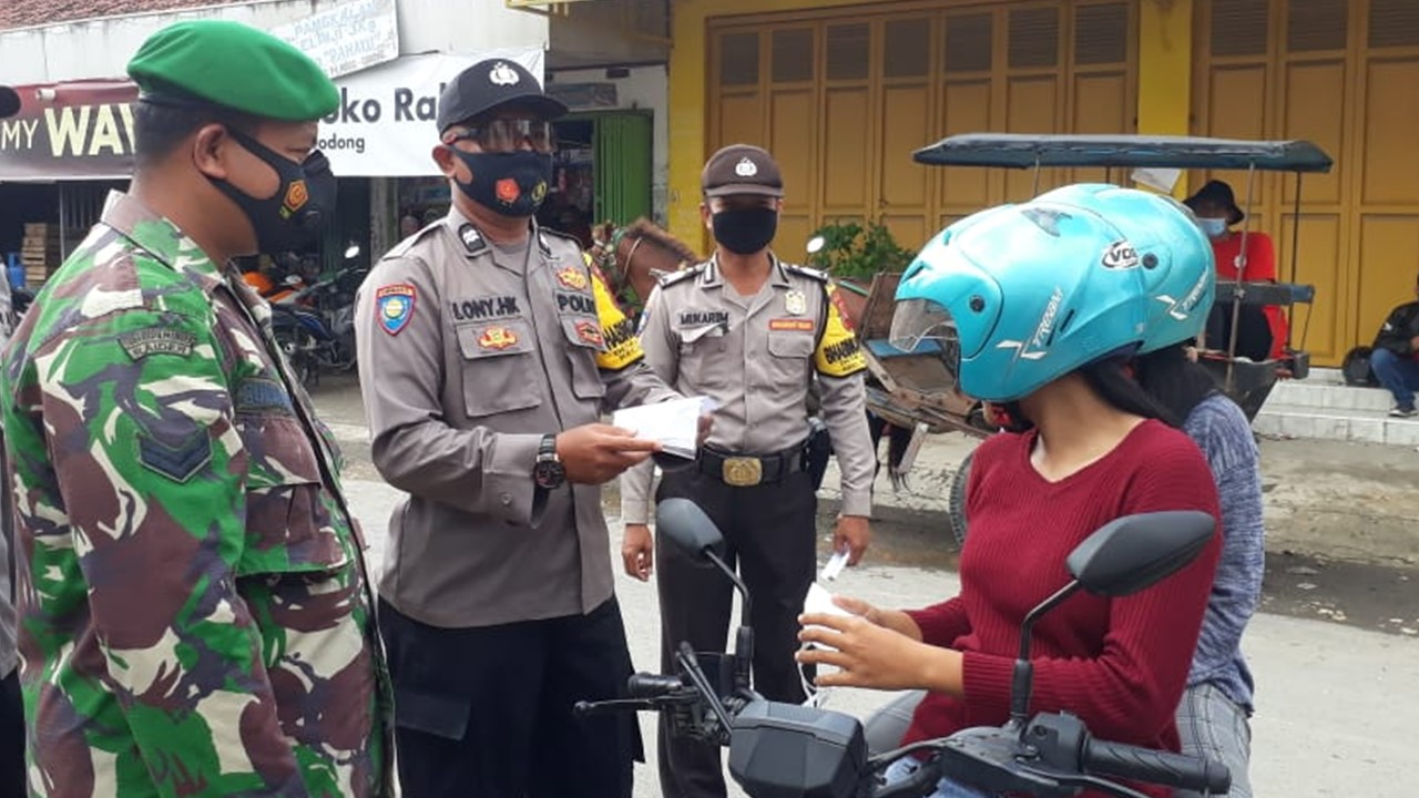 The Godong Police Department did not get tired of holding an action for masks to traders and visitors to the Market - POLRI's Public Relations Division