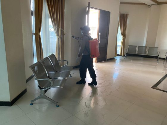 The Sabhara Unit and the Covid-19 Task Force Team Carry Out Disinfectant Spraying - POLRI PRIVATE DIVISION