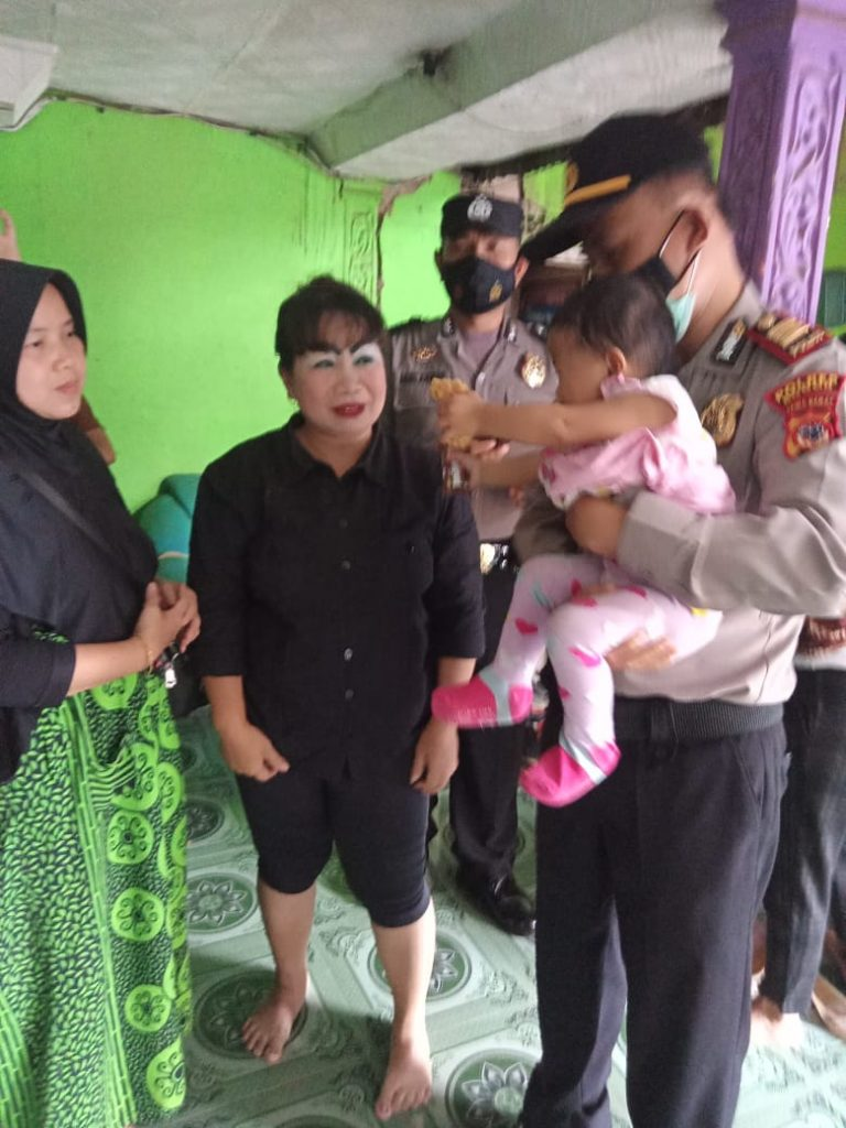 The baby is left behind by his depressed parent, and is handed over to the family - POLRI PRIVATE VISION