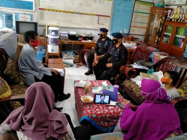 Visiting SDN 1 Wanasaba Kidul, West Java Brimob Delivered the Prokes During Face-to-Face Learning