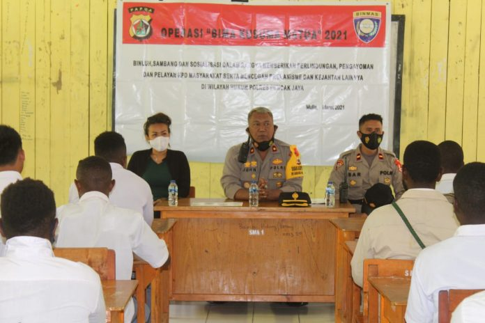 Visiting SMA Negeri 1 Mulia, Police Promotes Acceptance of Noken Noken and the Dangers of Using Drugs - POLRI PRIVATE DIVISION