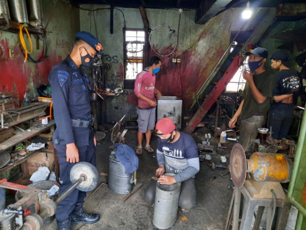 Welders in Lembang Given an Appeal from the West Java Mobile Brigade Personnel Prokes